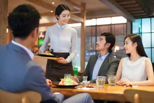 餐厅服务员推销菜的过程,如何让顾客不反感了?